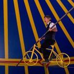 Człowiek z rowerem na linie